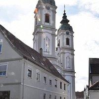 Die Türme von St. Peter, vom Rande der Altstadt gesehen