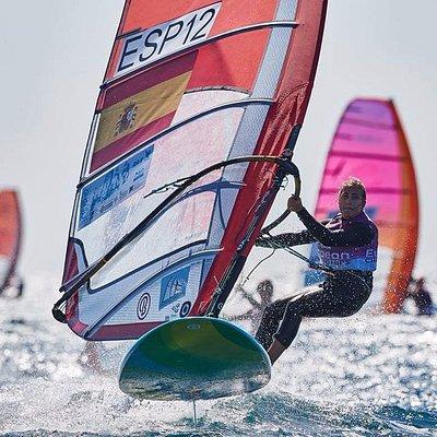 nuestra regatista Pilar Lamadrid Trueba supervisa nuestros cursos de windsurf,un lujo!