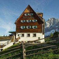 Die Austriahütte mit dem hohen Dachstein im Hintergrund
