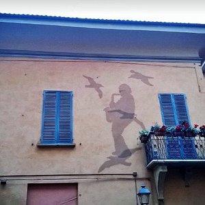 Murales (realizzato con reti metalliche) sulla facciata della casa di Lucio Dalla.