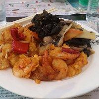 Crevettes sautées, poisson piquant et légumes sautés