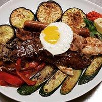 Grigliata mista con verdure alla griglia e uovo all'occhio