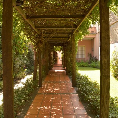 Pérgola en el jardín del Museo de Arte Sacro