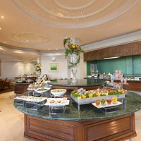 Linjani Restaurant offers a relaxing atmosphere facing the poolside and lake view, with an exten