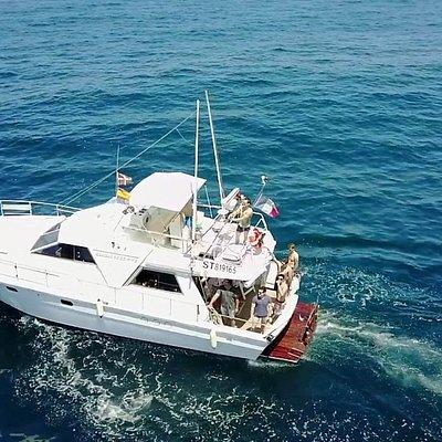 Notre bateau de 13.50 mètres avec WC et  frigo pour un véritable confort pour tous les passagers