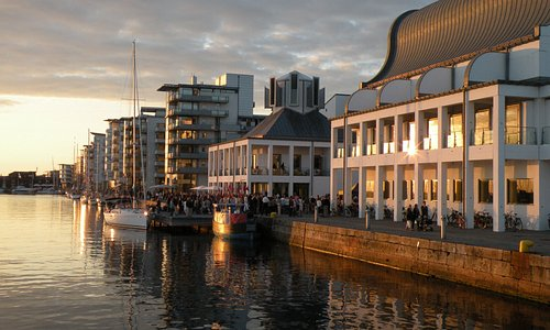 Folk vid solnedgången i Norra hamnen. Foto: Helsingborgs stad.