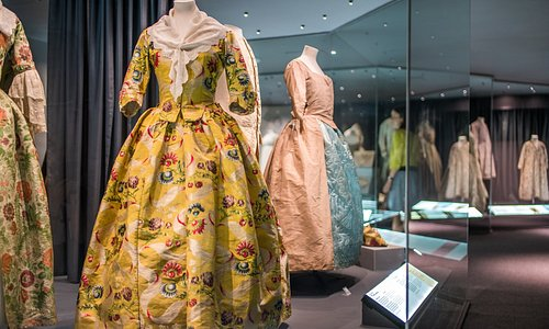 A History of Fashion in 100 Objects exhibition