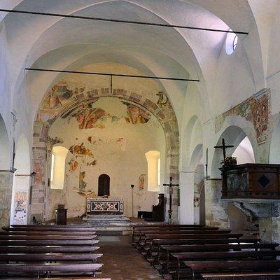 innen sehr alte Fresken