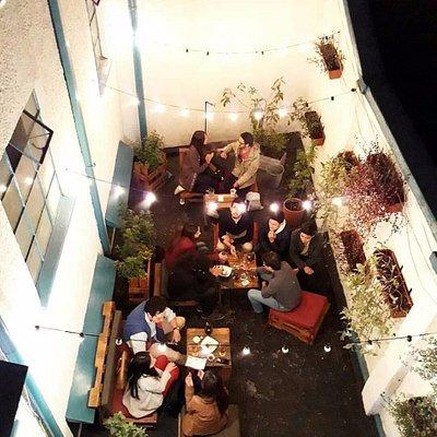 Nuestro jardín, donde puedes sentarte a relajarte oyendo música suave y disfrutar una cerveza.