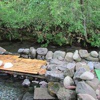 温まったら川に入れますが水は冷たい