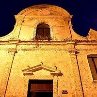 """Chiesa dei SS. Pietro e Paolo """"mostre d'arte all'interno""""  è una chiesa sconsacrata"""