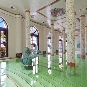 La piscina coperta con acqua trermale