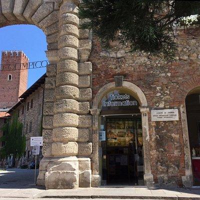 Ingresso dell'ufficio IAT Vicenza, di fianco al Teatro Olimpico