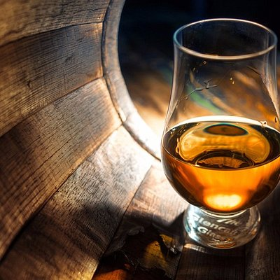 Whisky Glass in Oak Barrel Pic:razoomanetu