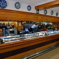 Bar Restaurante La Rueda. La barra y nuestras tapas.