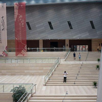 De centrale hal, de expositie loopt hier rondom