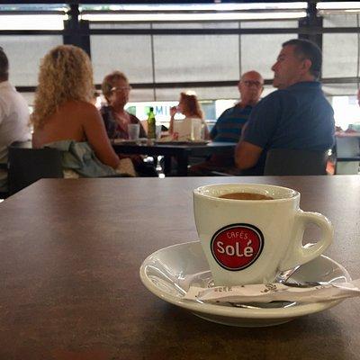Café en buena compañía. Punto de encuentro de habituales y esporádicos. Desayunos variados y com