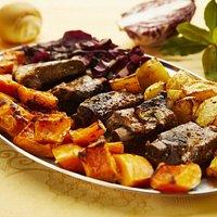 puntine di maiale con parika e miele servite con zucca e patate arrosto