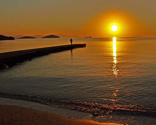ανατολή στην παραλία Αζολίμνου,ξημέρωμα καλοκαιριού με τον ήλιο να βάφει τα καταγάλανα νερά