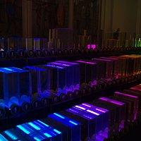 В Зале стекла можно сделать необычные фотографии светомузыкального органа (коллекции стекла).
