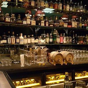 Bar-Bereich mit den 2 Fässern der Negroni Week