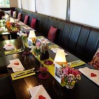 Sehr schöne Tischdeko mit frischen Blumen!