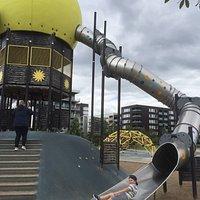En härlig lekplats för barn! Barnen får klättra för att sedan välja på tre spännande rutschkanor