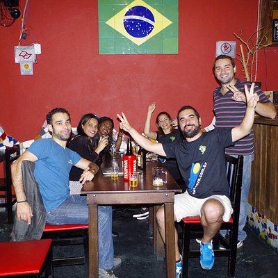 Grupo curtindo Samba no Tour do Samba Raiz