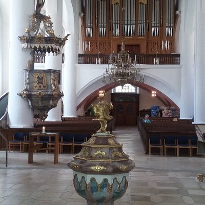Taufstein und die Max- Reger - Orgel
