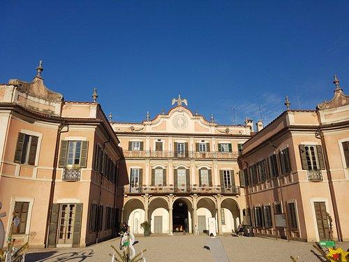 Fachada del ayuntamiento desde la plaza del Jardin