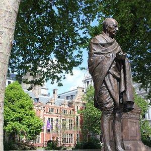 インド独立の父 ガンジーの像