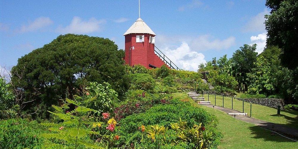 Inmitten von tropischen Gärten bietet die Gun Hill Signal Station den besten Ausblick auf die I