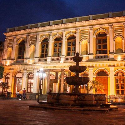 Hermosa la vista de noche del Teatro I. de la Llave desde el Parque Central