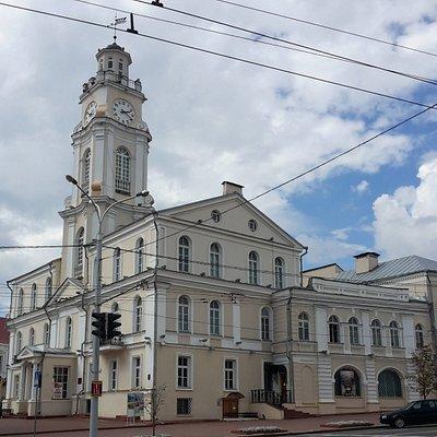 Вид на здание музея через дорогу.