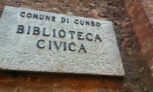 Targa in pietra della Biblioteca Civica di Cuneo