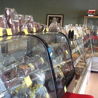 Et rikt utvalg i sjokolade, konfekt og konfektesker, gaver og melkesjokoladefigurer i mange form