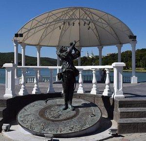 Скульптура Л.О.Утесову на набережной озера Абрау