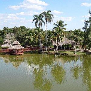 """Puede verse la ubicación del restaurante """"La Atarraya"""" flotando dentro de la Laguna de la Leche,"""