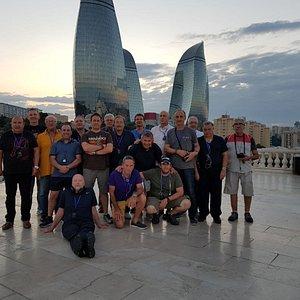 El grupo con las Flame Towers detrás.