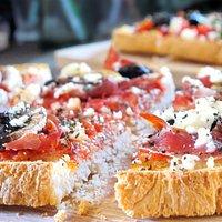 Bruschetta à composer (base de sauce tomate, huile d'olive, ail)