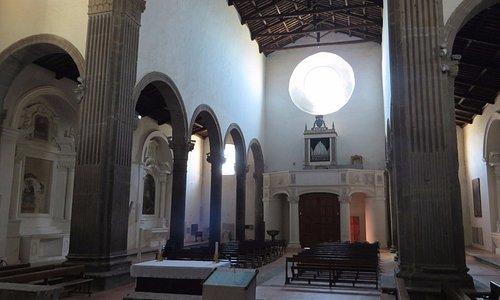 interno della chiesa visto dal presbiterio