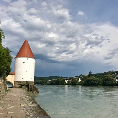 Photo of the Schaiblingstutm on the banks of the Inn River, Passau.