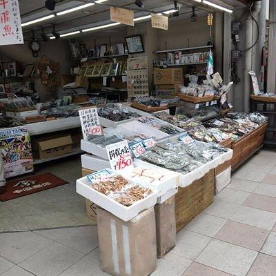 昭和なお店の雰囲気です。でも、凄くいい商品がゴロゴロあります