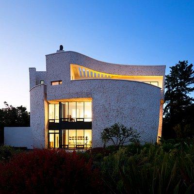 """시설에서 제공 받음, """"조선백자를 닮은 왈종미술관은 자연의 빛과 바람이 그대로 전달이 됩니다. 15m 3층, 미술관 전체넓이 300평 규모의 둥근 모양의 찻잔처럼 완성됟"""