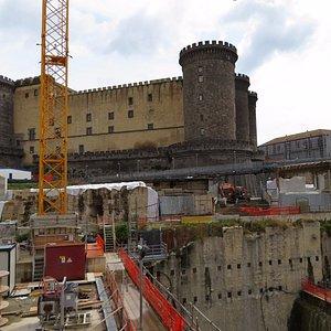 工事現場とヌオーヴォ城