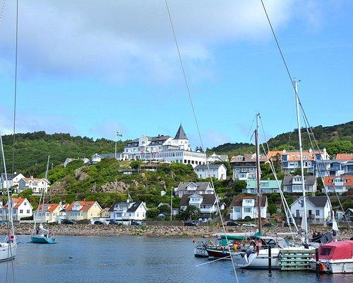 Vy från Mölle hamn över byn och vackra Grand Hotel. Foto: