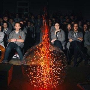 """Демонстрируем эффект катализа с помощью демонстрации """"огненная метель""""."""