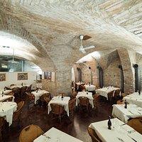 Atmosfera medioevale, in una sala con suggestive volte a botte nel cuore del centro storico