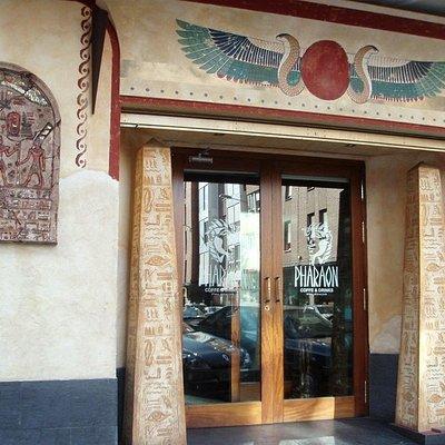 Fachada y entrada del Bar Pharaon en Palencia