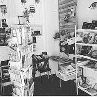 Peculiar librería llena de libros únicos